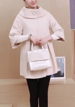 Palton dama scurt roz prafuit tip capa si guler rotund si inalt
