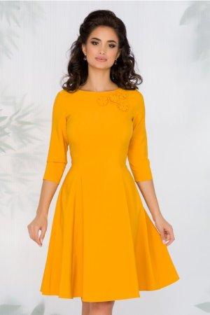 Rochie eleganta midi in clos galbena cu aplicatii florale la decolteu