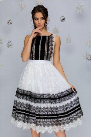 Rochie de ocazie eleganta alba cu dantela chantilly si insertii din catifea