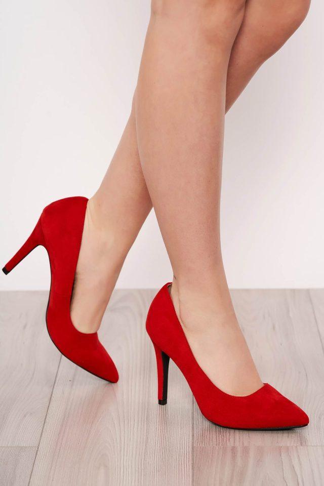 Pantofi rosu elegant din velur cu varful usor ascutit si toc inalt