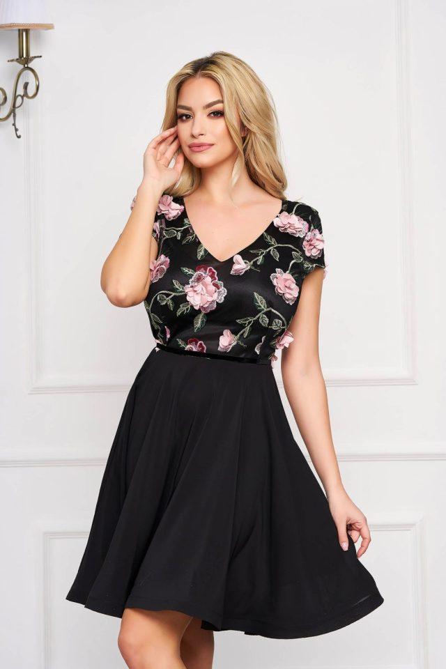 Rochie eleganta de ocazie neagra clos cu decolteu in v si imprimeu floral