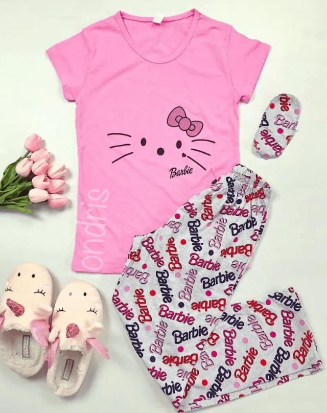 Pijama dama ieftina bumbac lunga cu tricou roz si pantaloni lungi gri cu imprimeu Barbie