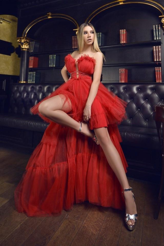 Rochie eleganta de ocazie asimetrica rosie din tulle cu drapaj pe bust