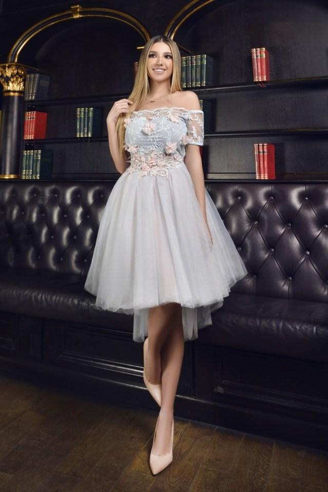 Rochie eleganta de ocazie midi in clos cu umeri goi si cu dantela 3D