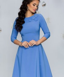 Rochie eleganta midi in clos albastra cu aplicatii florale la decolteu