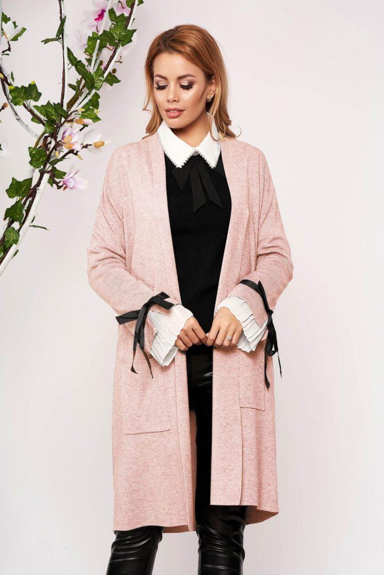 Cardigan roz deschis elegant lung tricotat accesorizat cu fundite si buzunare frontale