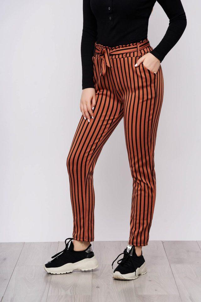 Pantaloni caramizii casual din material subtire cu buzunare cu cordon detasabil si imprimeu cu dungi