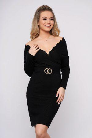 Rochie neagra casual scurta tip creion din material tricotat cu decolteu petrecut si accesoriu metalic