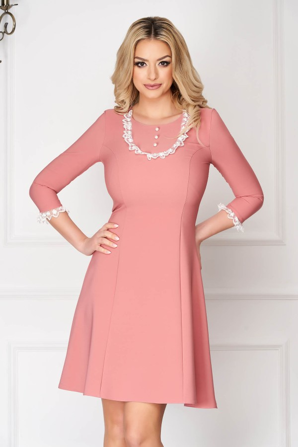 Rochie roz prafuit eleganta scurta in clos din stofa elastica cu aplicatii de dantela