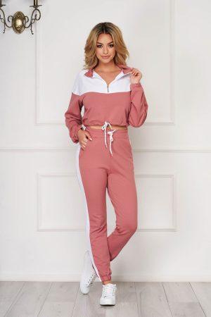 Trening dama roz prafuit sport din doua piese cu pantaloni si bluza cu croi scurt