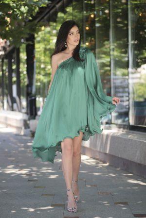 Rochie verde de ocazie asimetrica cu croi larg din material satinat Starshiners