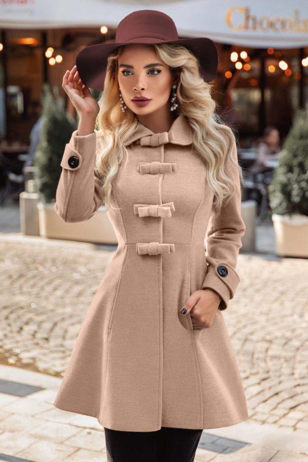 Palton dama bej scurt cambrat cu fundite din stofa