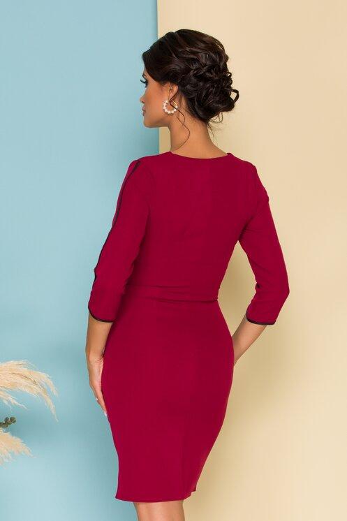 Rochie eleganta bordo cambrata cu fermoar pe fata si maneci trei sferturi