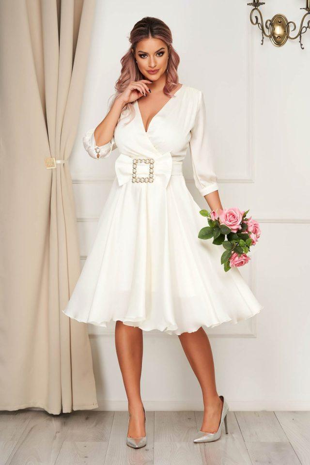 Rochie eleganta midi in clos din satin accesorizata cu o catarama