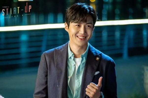 Kim seon-ho dengan senyum manisnya
