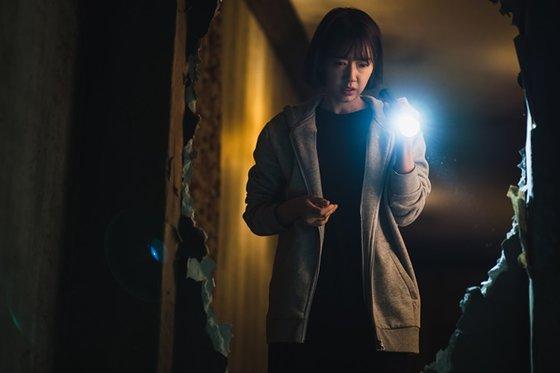 Kim So Yeon menemukan ruangan rahasia di rumahnya Sumber gambar: Netflix