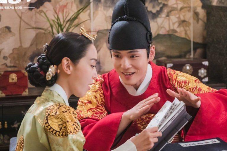 Tatapan mata Raja bilang Raja happy memperlihatkan buku rangkumannya pada Mama.