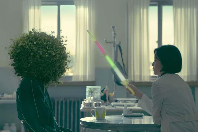 Ahn Eun Young dengan jeli yang menyerupai tanaman (Sumber gambar: Netflix)