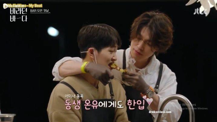 Lee Dong Wook dan Onew SHINee saling membantu dalam Variety show Sea of Hope