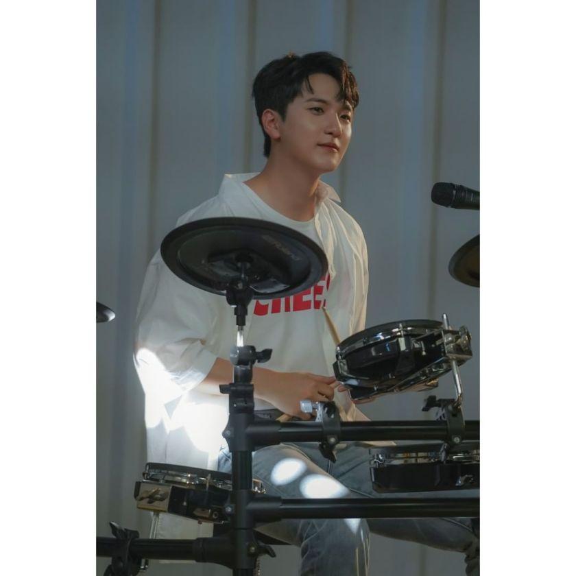 Drummer dan vocalis grup band Lucy, Shin Gwang Il Sumber gambar: @band_lucy