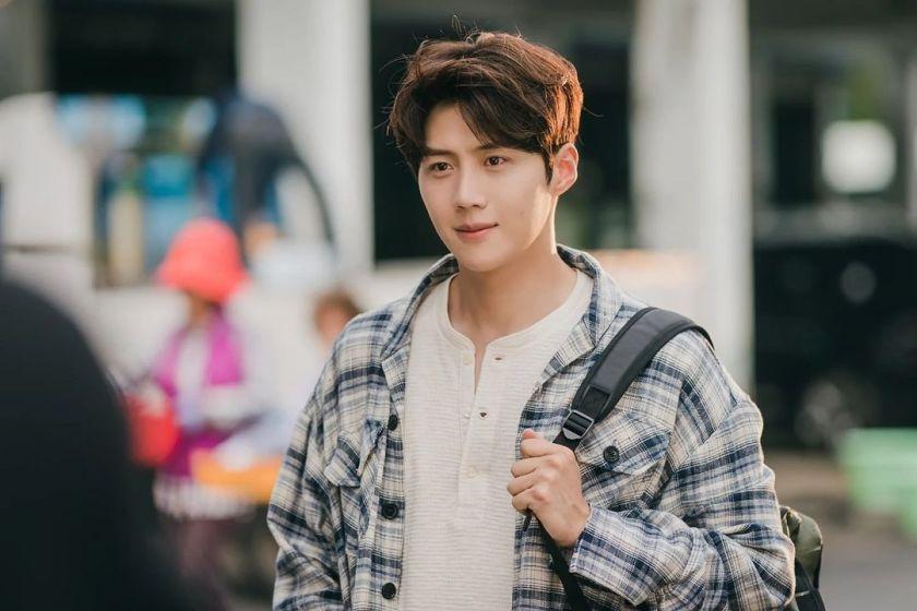 Kim Seon Ho sebagai Mr. Hong (sumber: Salt_ent)