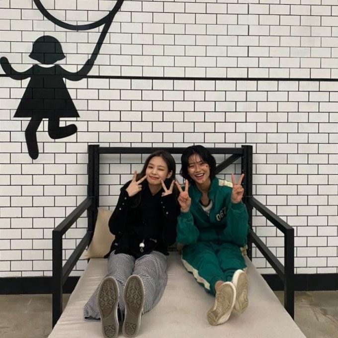 Jung Hoyeon dan Jenni BLACKPINK