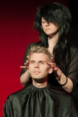 Lord Goring beim Friseur, Foto Alexander Zipes