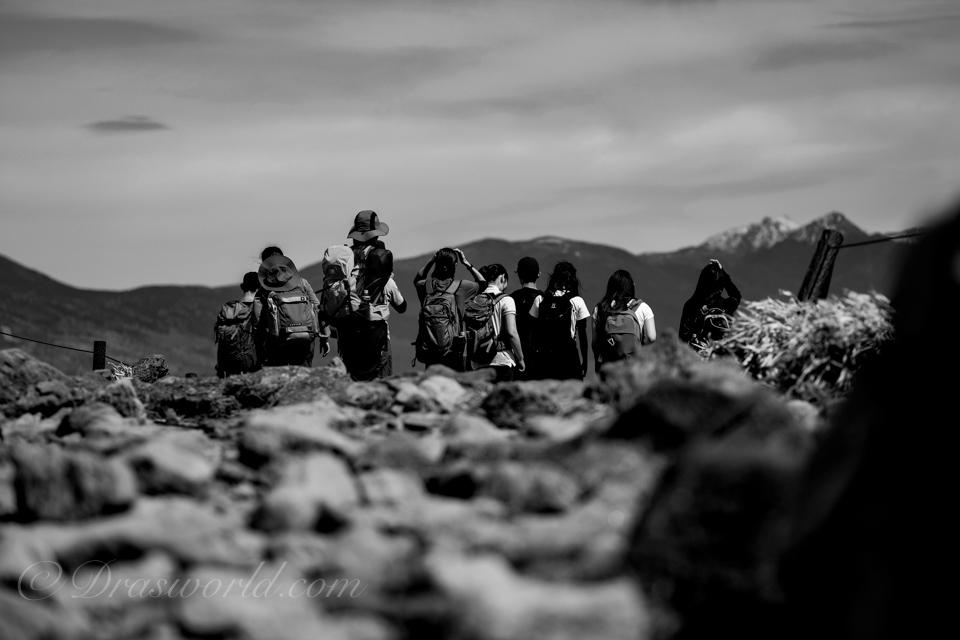 絞り開放f/2で切り取る登山者たち
