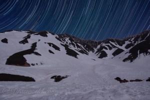 月明かりの力を借りて残雪の立山連峰をバックに切り取るスタートレイル(比較明撮影)