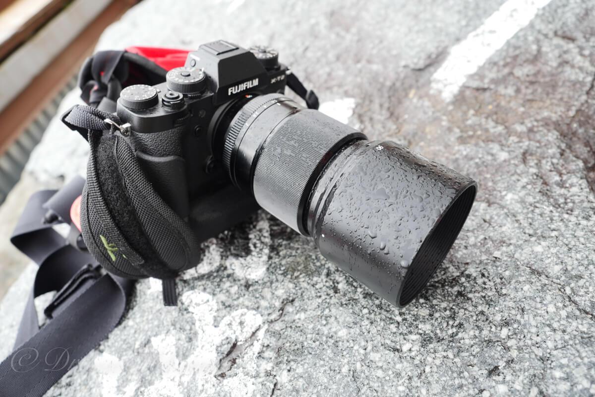 小雨に濡れるX-T2とXF90mm