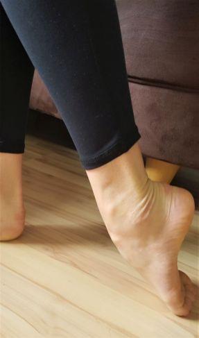 Dehnung der Fußrückseite im Stand