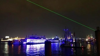 Abendliches Hafenpanorama in Hamburg mit Laserstrahl