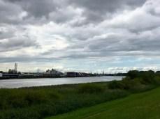 Blick vom Kaltehofer Hauptdeich in Richtung Hamburg-City