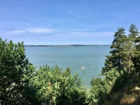 Blick von der Steilküste auf das Achterwasser vor dem Gnitz