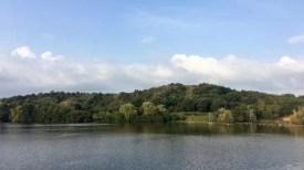 Der Hummelsee mit Müllberg im Hintergrund