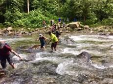 Abenteuer pur: Auch Flüsse müssen durchquert werden