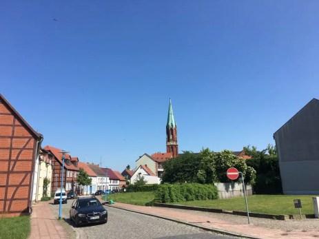 Blick vom Hafen aus auf die Kirche in Wittenberge