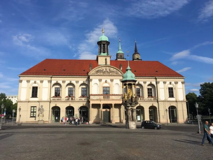 """Das Rathaus von Magdeburg mit dem """"Magdeburger Reiter"""""""