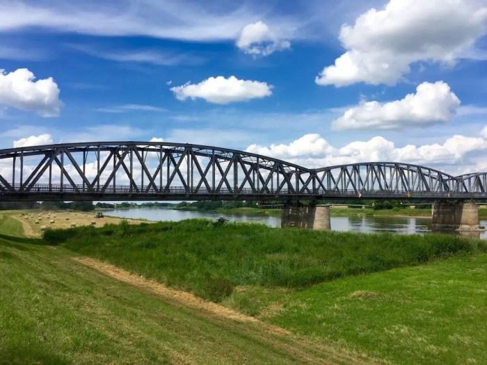 Die stählerne Eisenbahnbrücke Barby in voller Pracht