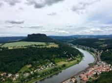 Blick von der Festung Königstein in die Sächsische Schweiz, rechts unten Königstein, die Elbe und die S-Bahn-Linie
