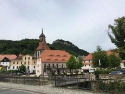 In Königstein, im Hintergrund die Festung Königstein auf dem Felsplateau