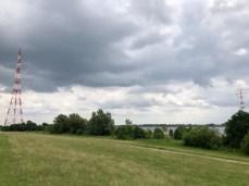 Die gigantischen Strommasten an der Elbe bei Wedel