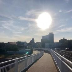 Einfahrt nach Wolgast im abendlichen Licht - im Hintergrund die mächtige Petrikirche