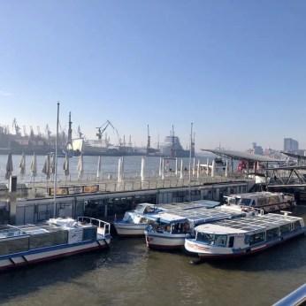 An den Landungsbrücken im Hamburger Hafen