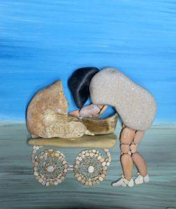 أم وعربة طفل من الأحجار