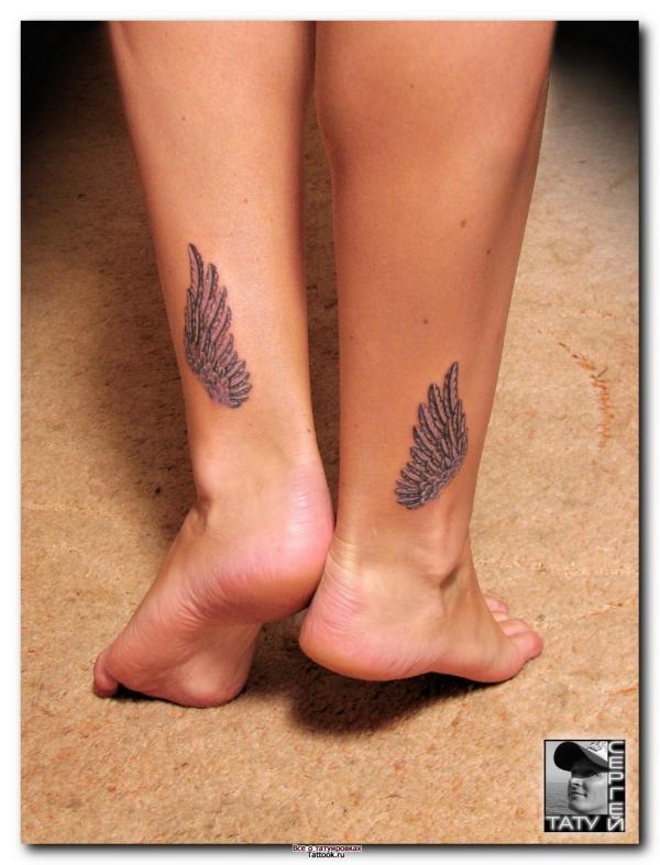Тату Крылья на ногах для девушки - фото татуировки в стиле ...