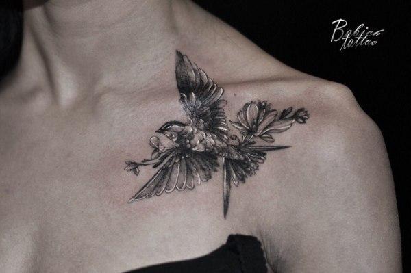 Тату птицы на ключице - фото татуировки в стиле Блэк энд ...