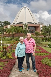 photo of Earl Redman and his wife Sharon O'Toole in font of the Baha'i House of Worship in Panama