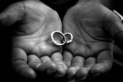 holding_wedding_rings