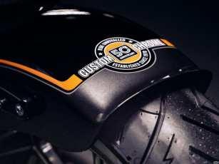 Auf dem Heckfender findet sich ein 50th-Anniversary-Logo